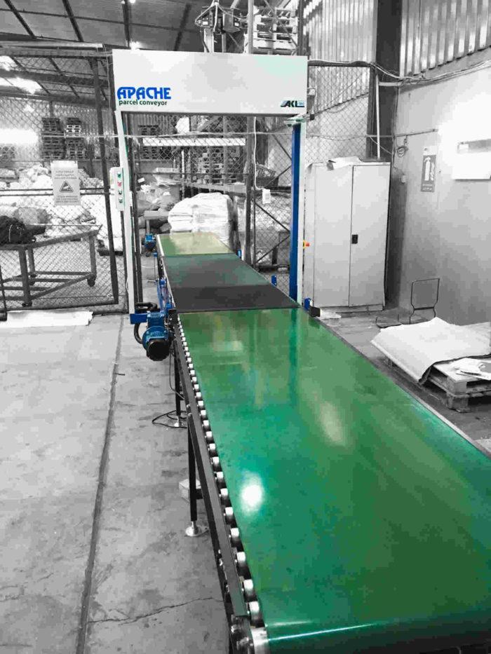 Hier sehen Sie unseren APACHE parcel conveyor mit Förderband.