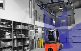 Mit dem dynamischen System zur Volumen- und Gewichtsermittlung sowie Fotoerstellung, wird die Fracht einfach und schnell direkt während der Durchfahrt mit einem gewöhnlichen Flurförderzeug ohne Stopp vermessen.